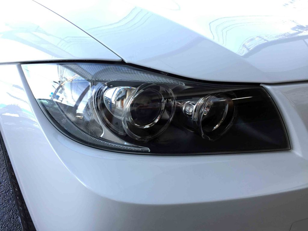 BMW E90 3シリーズの劣化し黄ばんだヘッドライトをリフレッシュしクリアーになりました。