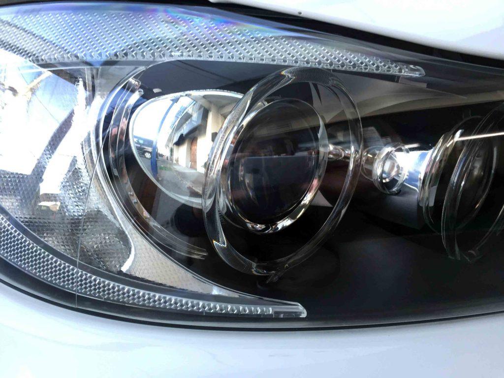 BMW E90 3シリーズの劣化し黄ばんだヘッドライトをリフレッシュし内部も綺麗に見える様になりました。