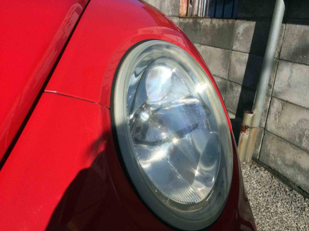 VWニュービートル(前期)のヘッドライトをHID化し明るさも格段にアップ致します。