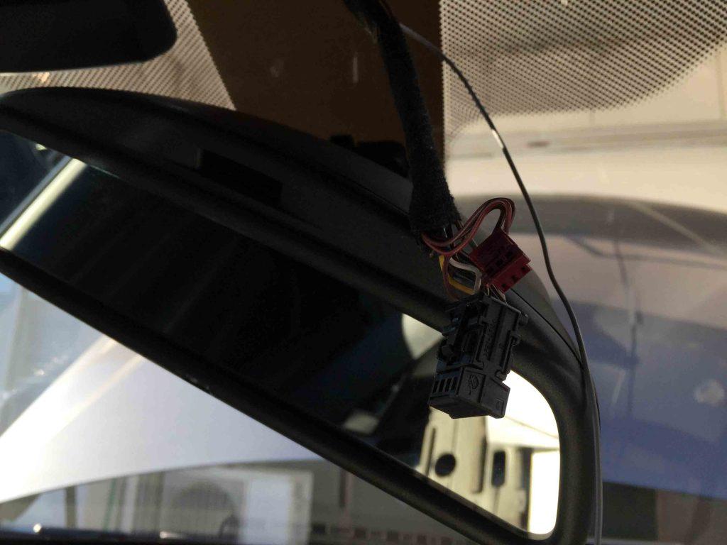 BMW3シリーズF31へアームドフラッシャーの配線を接続します。