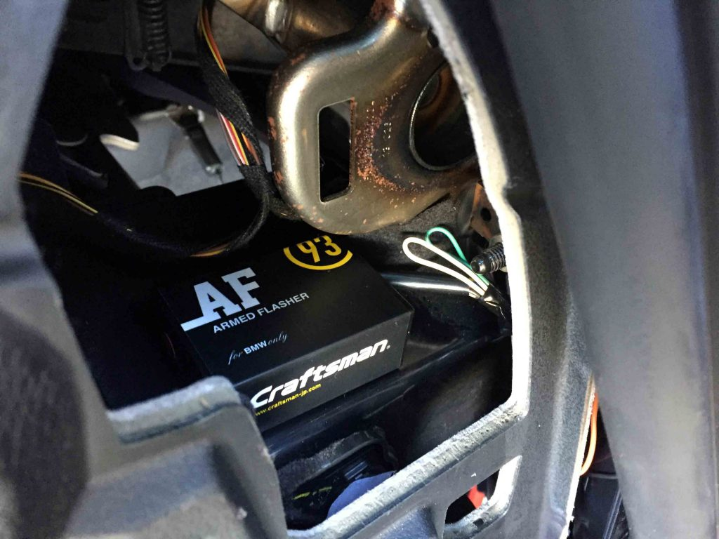 BMW3シリーズF31へアームドフラッシャーユニット本体を固定します。