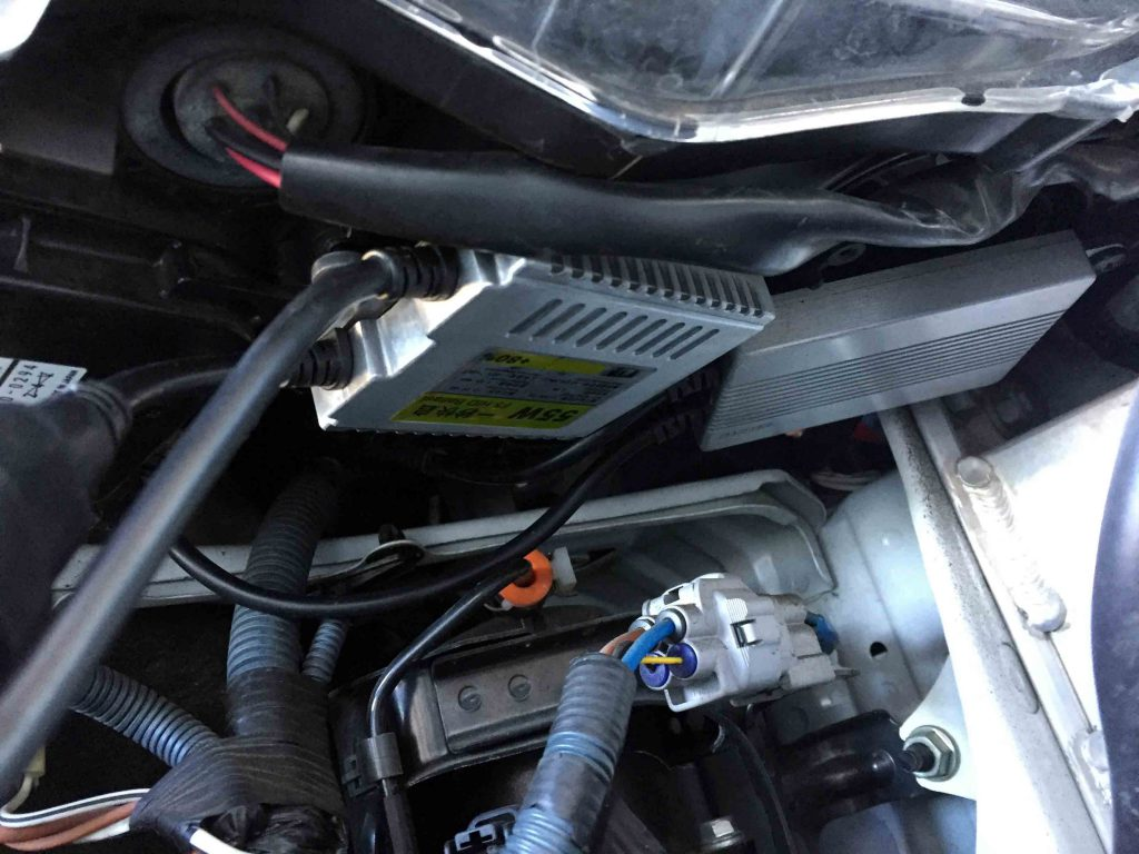 レクサスLSのヘッドライト下部へHIDバラストを固定致しました。