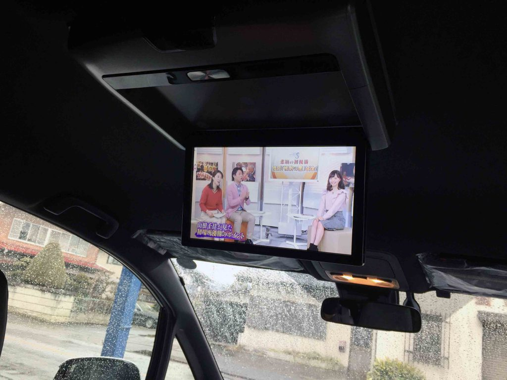 トヨタエスクァイアへ取り付けたアルパイン製のフリップダウンモニター