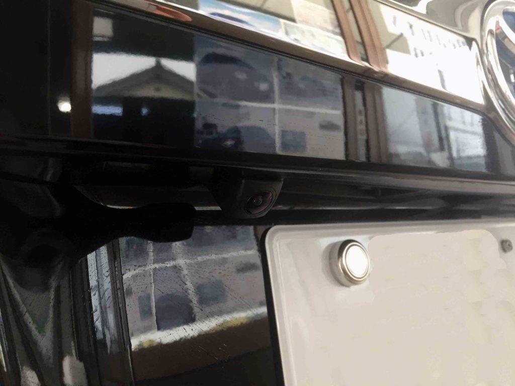 トヨタエスクァイアのリアガーニッシュ内部へ取り付け加工したバックカメラ