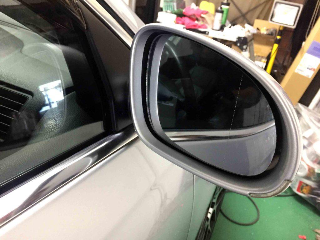 VWフォルクスワーゲンジェッタの純正ドアミラーのミラー部分を外します。