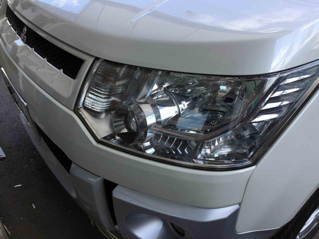 三菱デリカD5の劣化したヘッドライトは全体に白くぼやけた印象になっています。