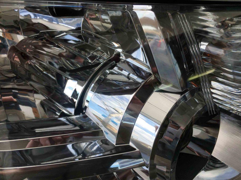 三菱デリカD5のヘッドライトリフレッシュ後は透明感のあるヘッドライトになりました。