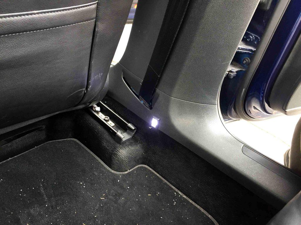 VWフォルクスワーゲン3Cパサートへ追加したフットランプ右側のイルミネーション点灯時。