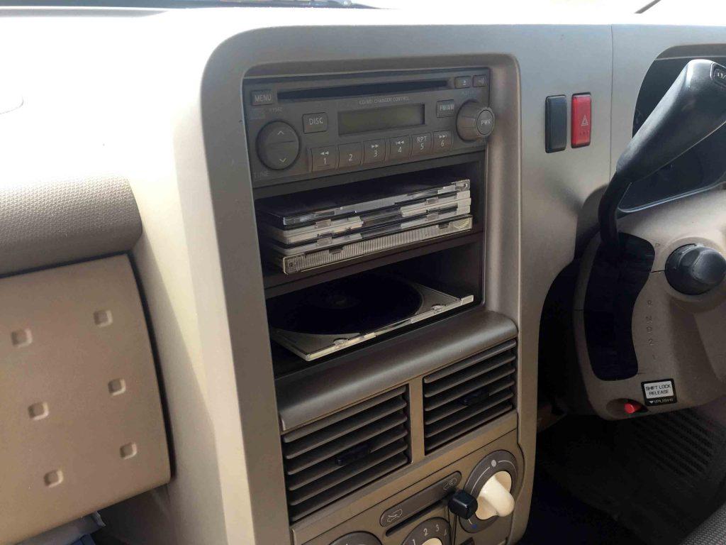 日産Z11系キューブに取り付けられている純正オーディオを取り外します。