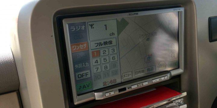 日産Z11系キューブに取り付けたイクリプス製のカーナビ。