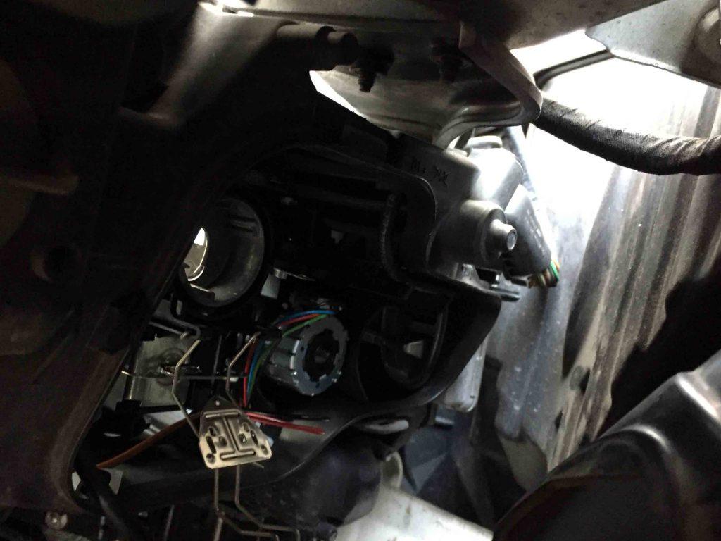 BMW E91 3シリーズのヘッドライト裏蓋を外しバーナーを取り外します。