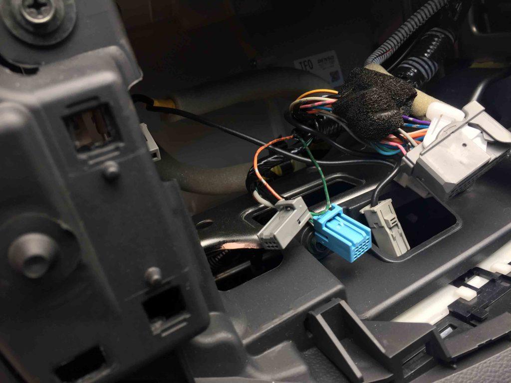 ホンダフィット純正ナビ装着車のナビTV操作可能にする為ナビを取り外します。