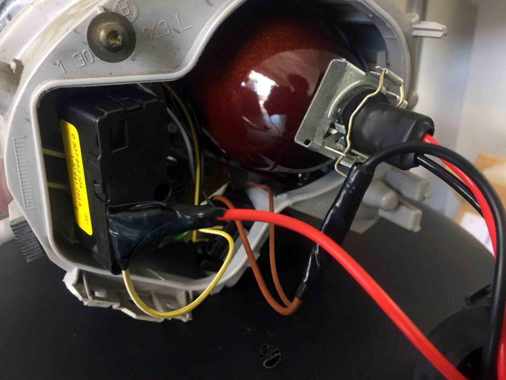 フォルクスワーゲン前期型ニュービートルのヘッドライトへH1バーナーを固定します。