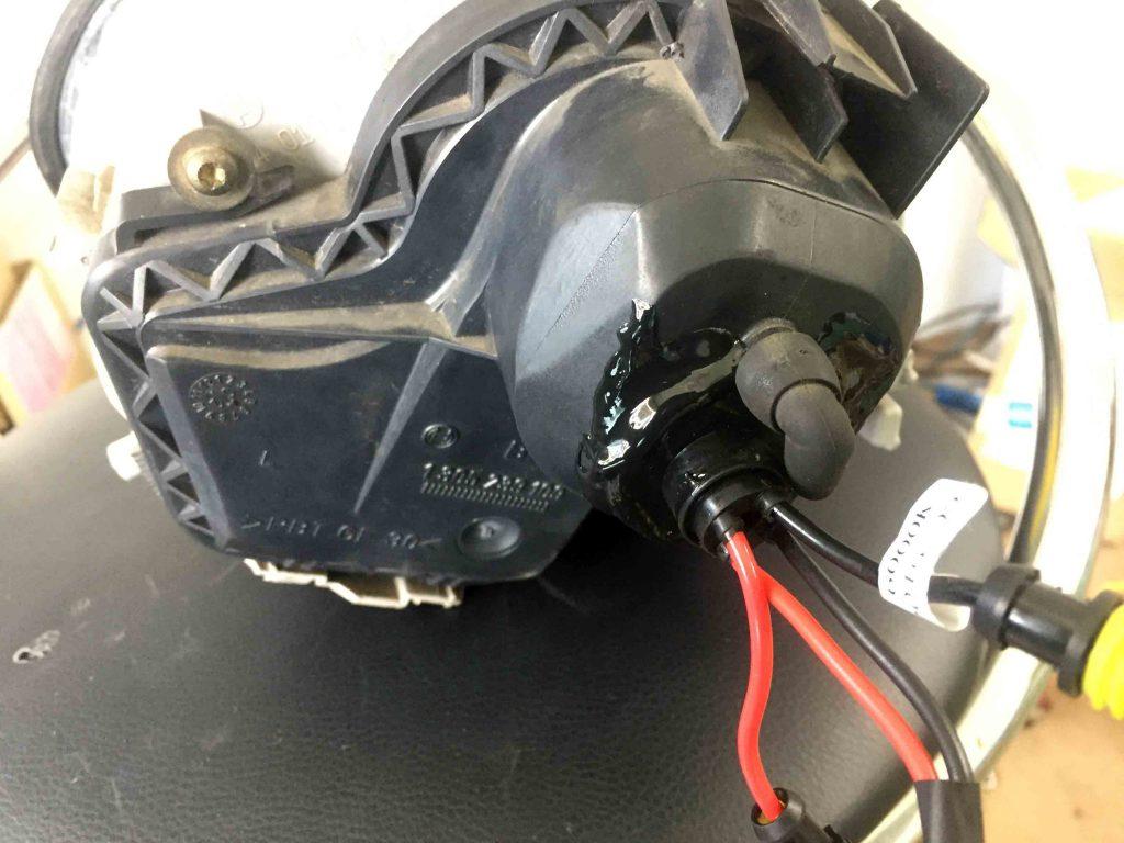 フォルクスワーゲン前期型ニュービートルのヘッドライト裏蓋のグロメットをコーキングします。