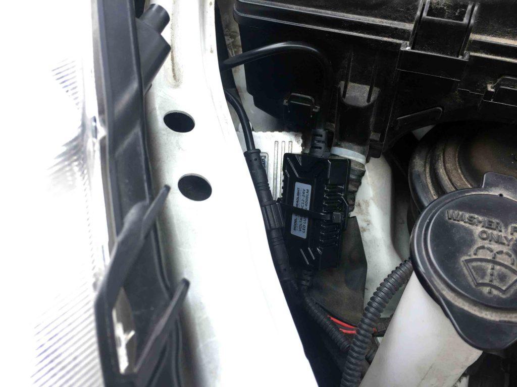 トヨタアクアのヘッドライトLoビームへ4000Lm-LEDヘッドライトバルブのドライバーを固定します。