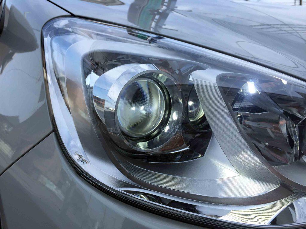トヨタアクアのヘッドライトLoビームへ取り付けたLEDヘッドライトバルブ点灯状態。