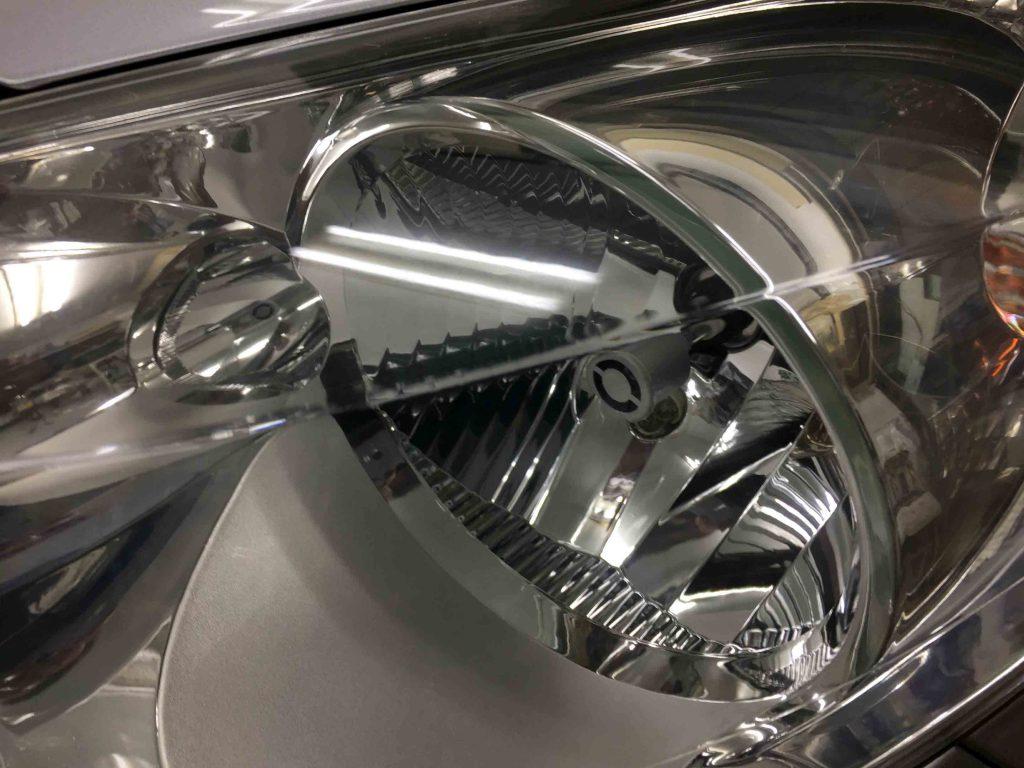 プジョー207のヘッドライトリフレッシュ後は本来のクリアーなレンズに復活し内部もくっきり見えます。