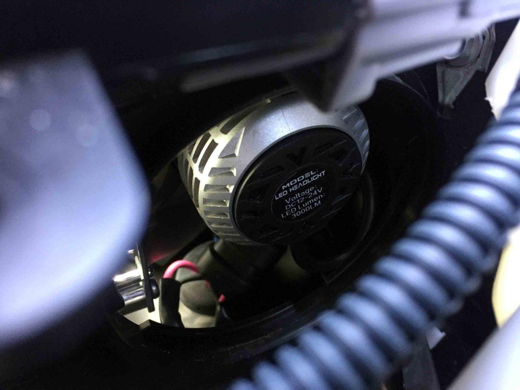 トヨタIQのLoビームへ取り付けたCREEチップ3000ルーメンタイプのLEDバルブ