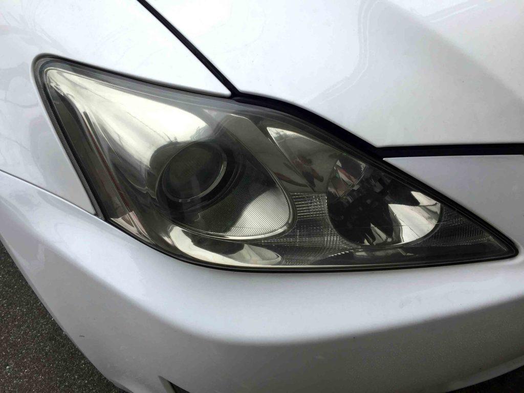 レクサスISのヘッドライトレンズ劣化による黄ばみが全体に発生