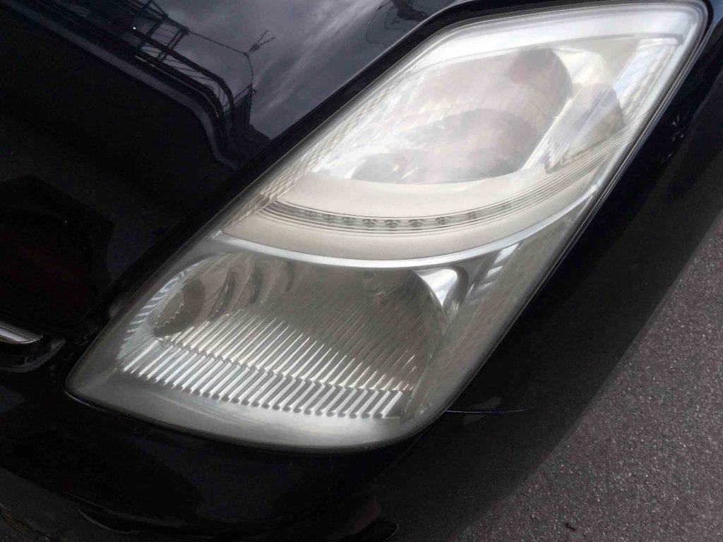 トヨタプリウス20系のヘッドライトレンズが劣化し薄っすらと黄ばみが発生している状態