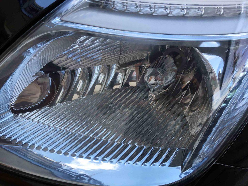 トヨタプリウス20系のヘッドライトレンズクリーニング後は内部のメッキ部分もクリアーに見えます。