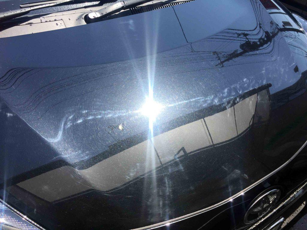 トヨタ17系シエンタのボンネットフードに細かな磨き傷が多数あります。