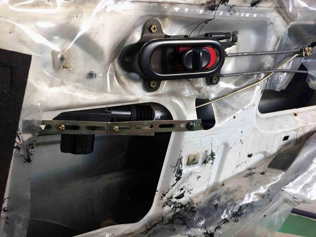 マツダユーノNA系ロードスターへ取り付けるアクチュエーターを調整しながら固定します。