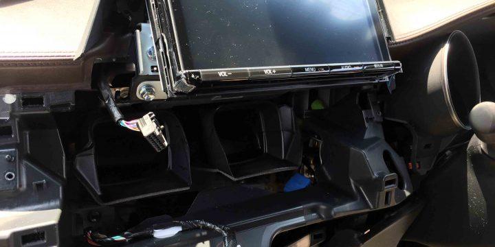 トヨタC-HR純正9インチナビへTVナビキット取り付けの為、エアコンパネル等を外します。