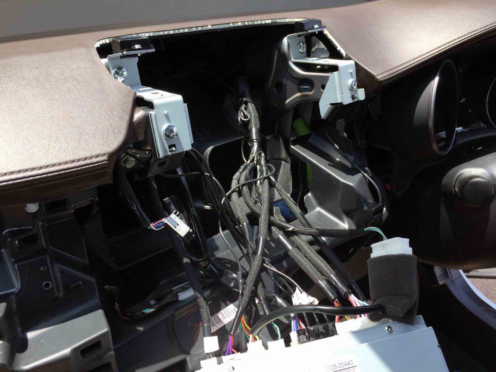 トヨタC-HR純正9インチナビへTVナビキット取り付けの為、ナビ本体を外します。