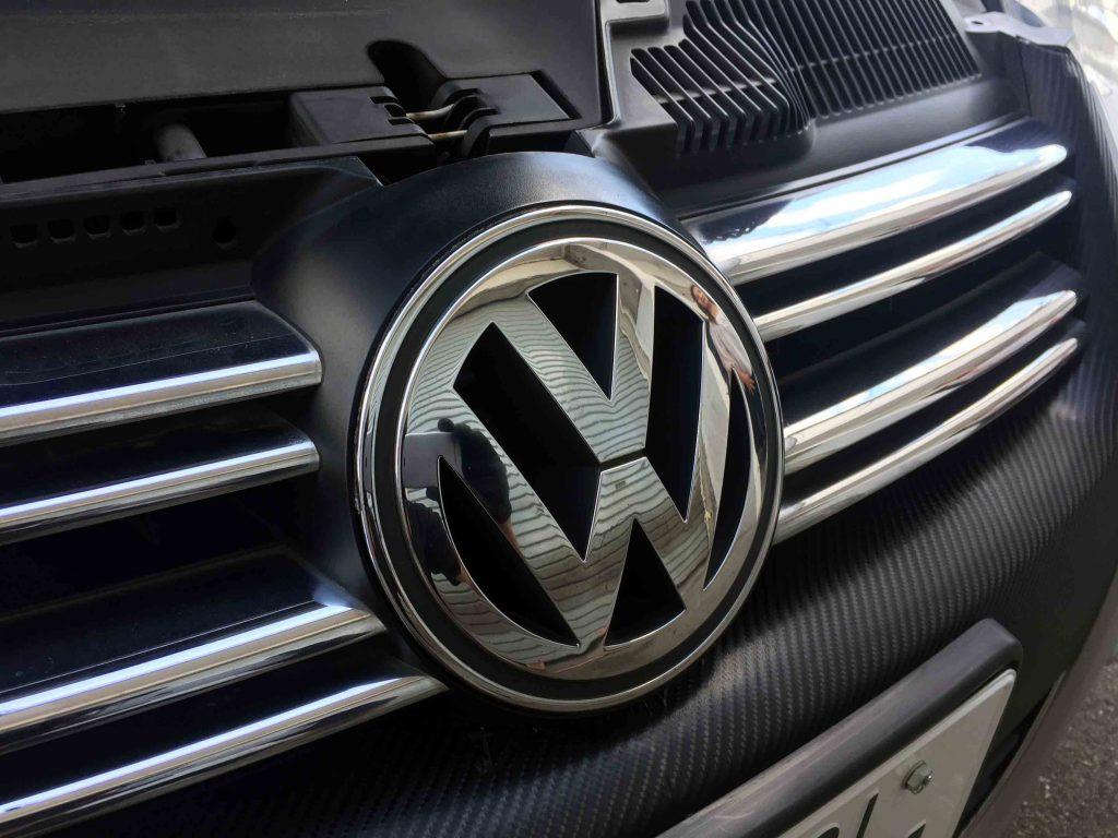 VWフォルクスワーゲンジェッタフロントエンブレム交換の為にグリルを外します。