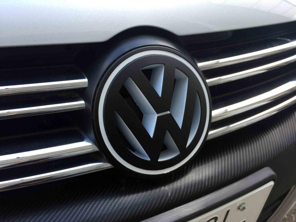 VWフォルクスワーゲンジェッタフロントエンブレム交換後にグリルを取り付け完了です。