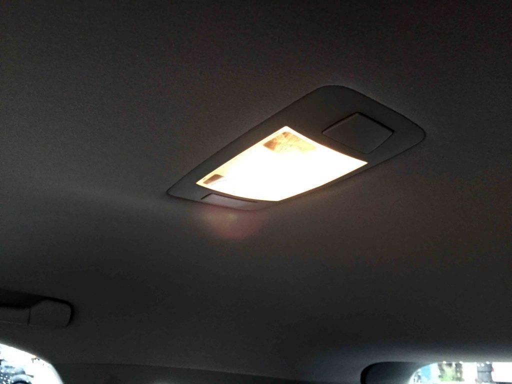 レクサスRXのルームランプ電球での点灯状態