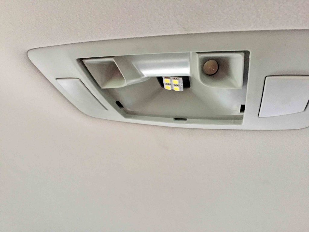 レクサスRXのルームランプのレンズカバーを外してLEDバルブと交換