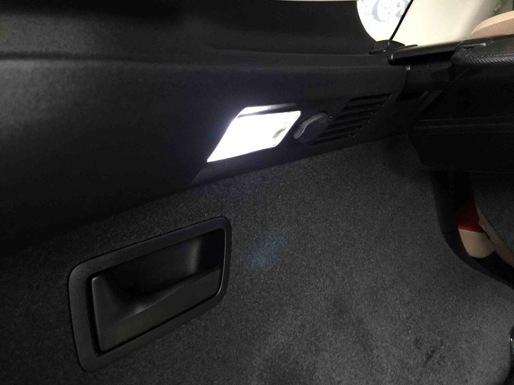レクサスRXのラゲッジルーム助手席側の電球をLEDバルブへ交換し点灯