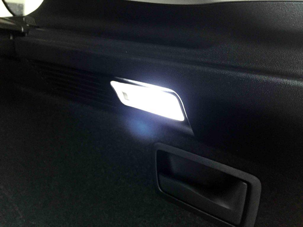 レクサスRXのラゲッジルーム運転席側の電球をLEDバルブへ交換し点灯