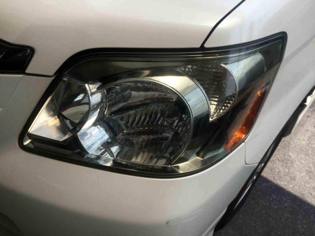 トヨタ60系ノアの助手席側ヘッドライトに黄ばみが発生しています。