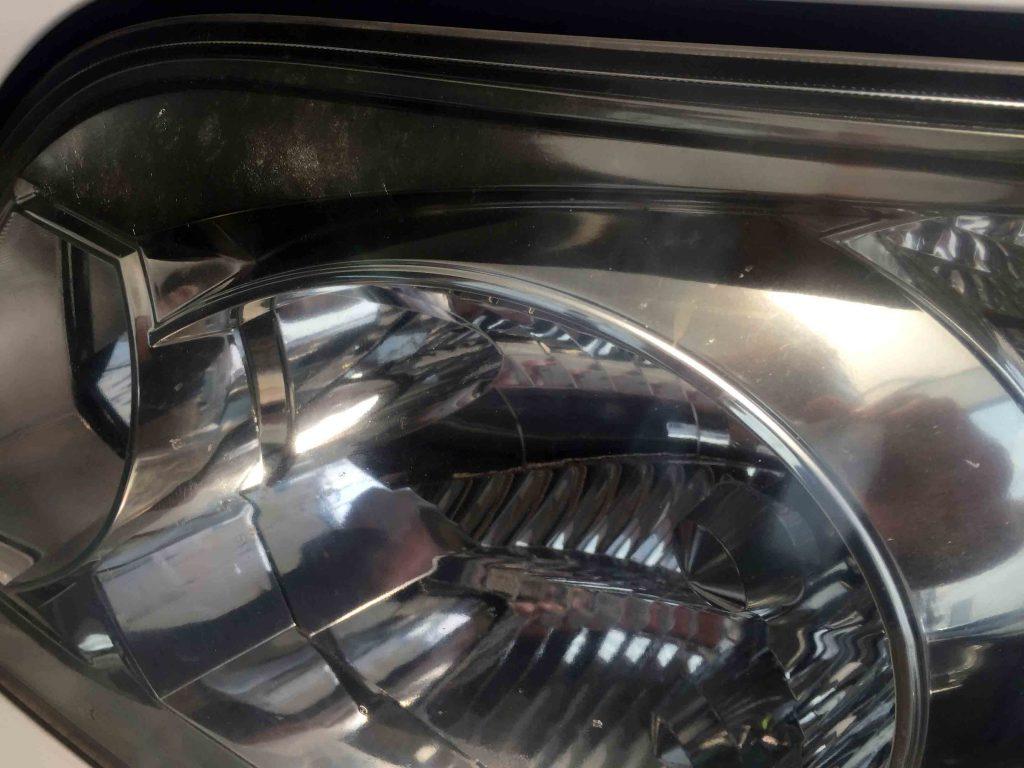 トヨタ60系ノアの助手席側ヘッドライト上部に細かなクラックが発生しています