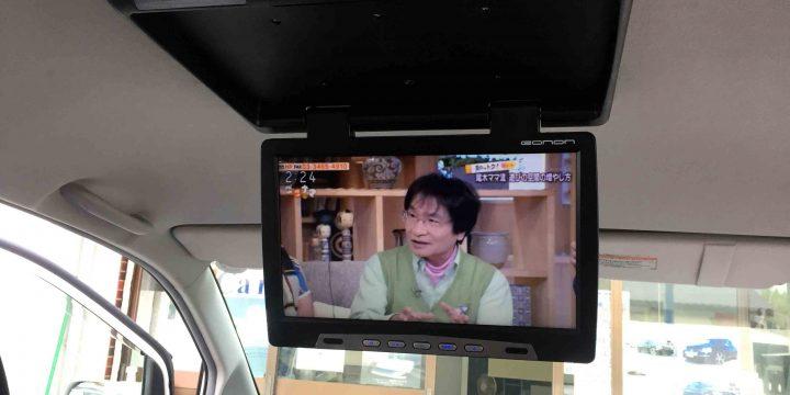 トヨタ60系ノアへフリップダウンモニターを取り付け、TV映像を出力中。