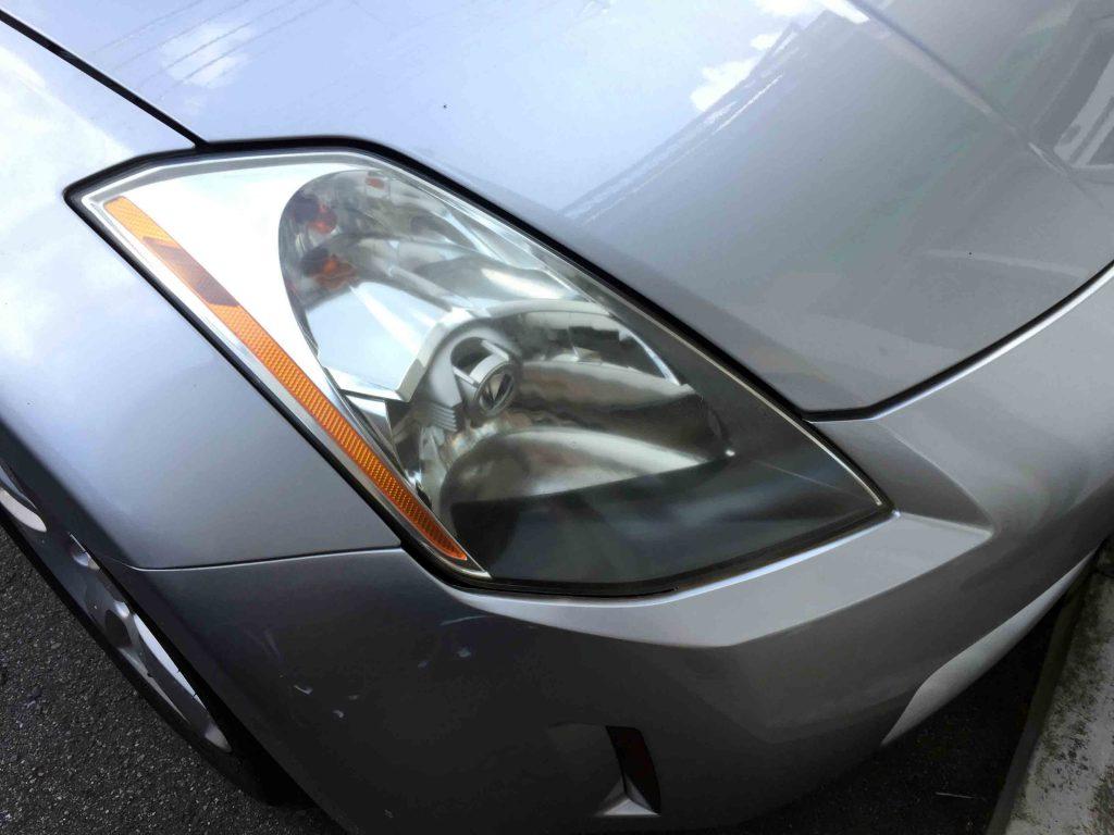 日産フェアレディZ-Z33系の劣化し黄ばんだヘッドライトは全体にくすんで見えます