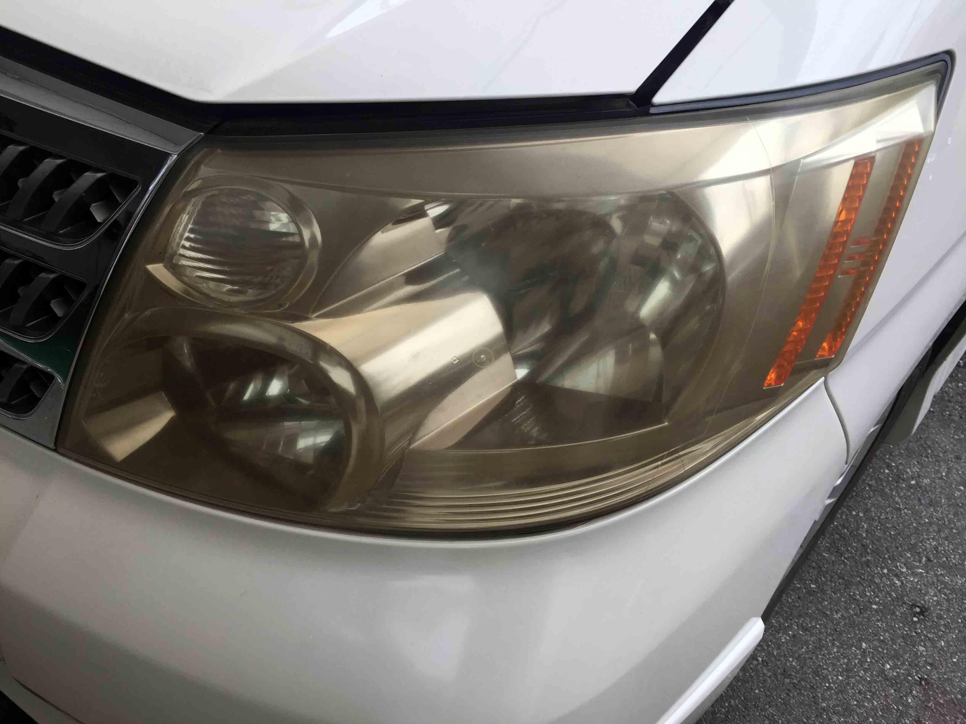 トヨタアルファード10系のヘッドライト全体に黄ばみ、くすんでいる状態です。