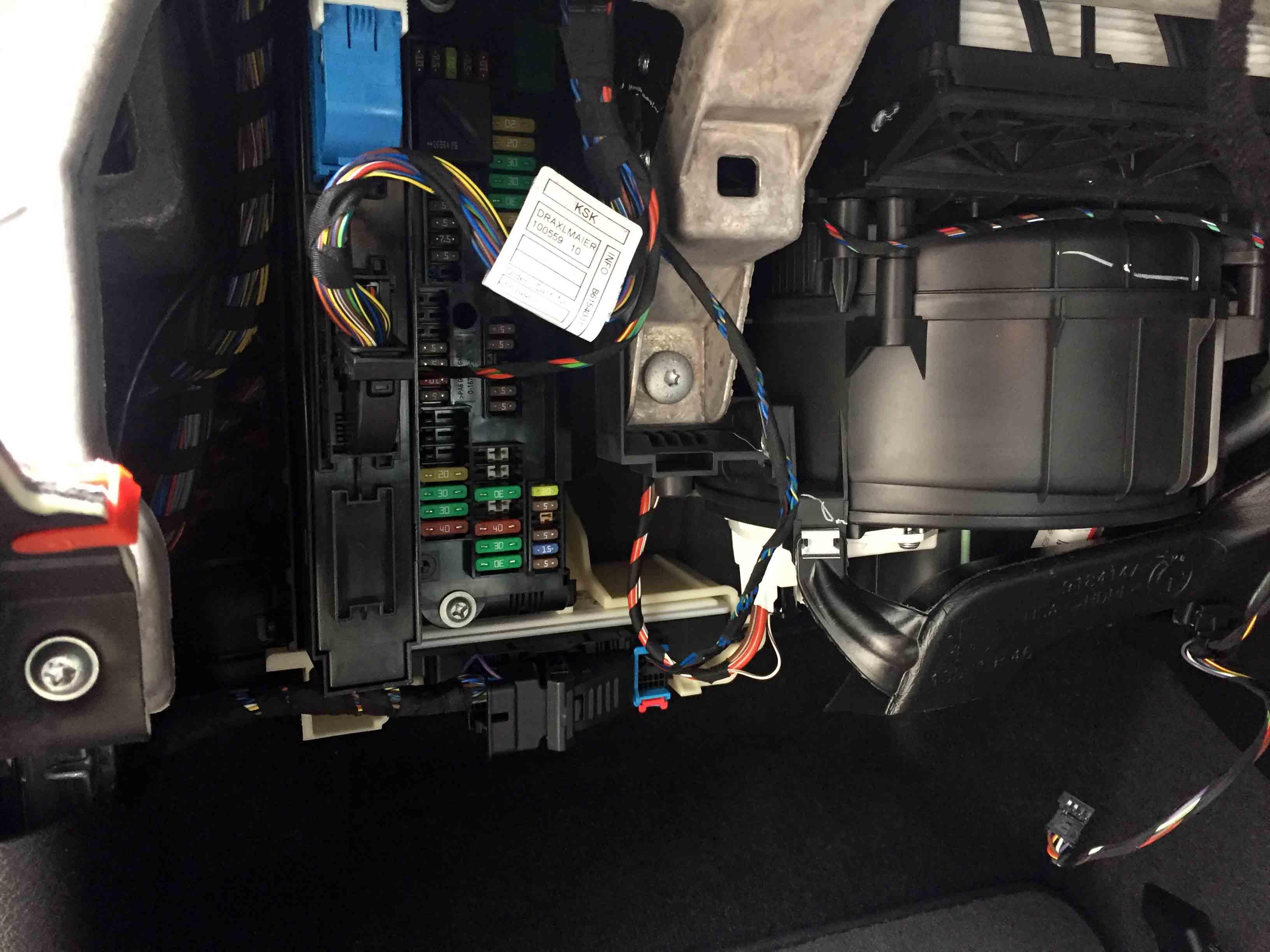 BMW X3 F25へドライブレコーダーを取り付けるための電源をヒューズボックスから取り出します