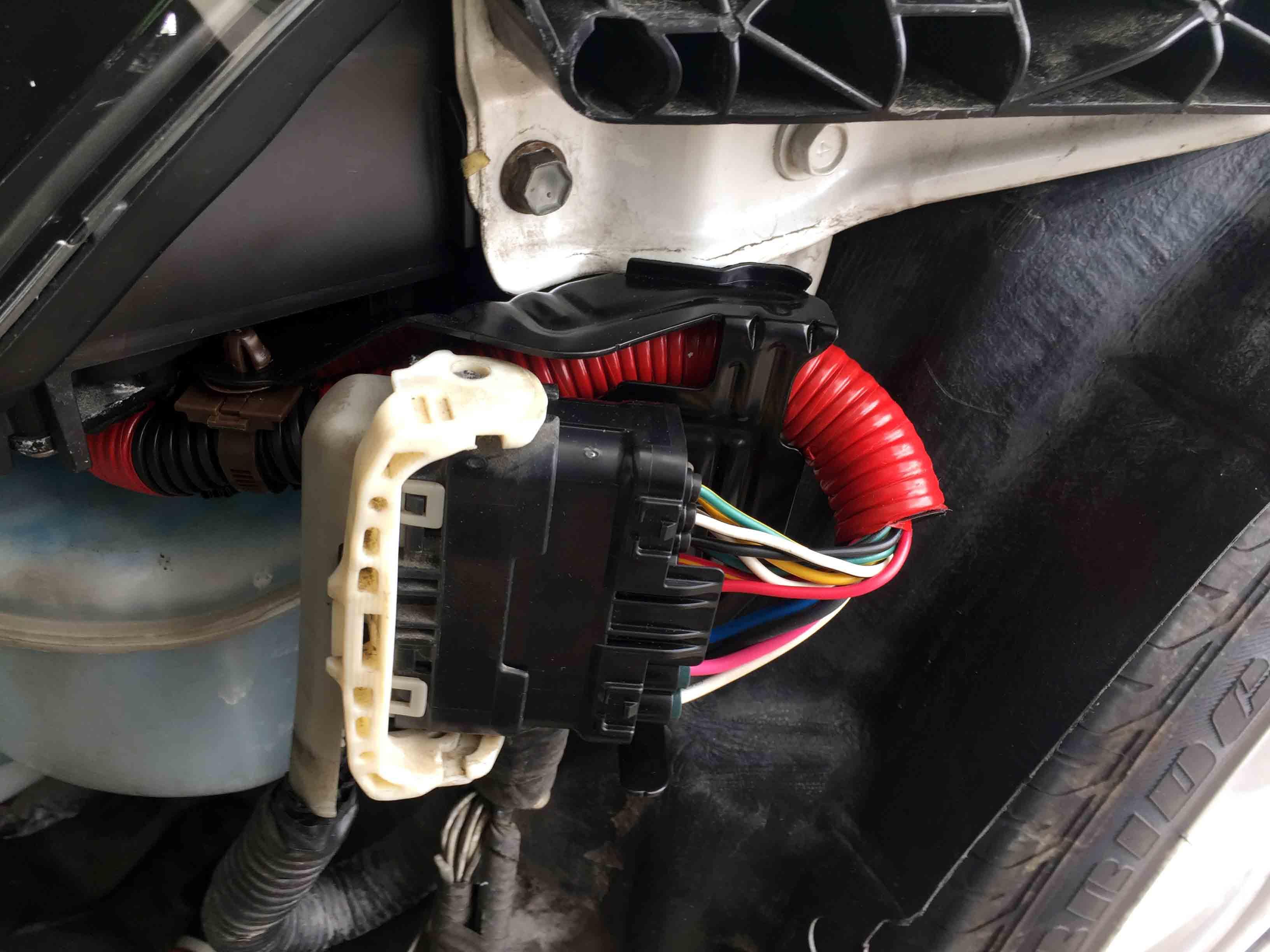 レクサスis後期ヘッドライトのカプラーを車両側カプラーへ取り付けます。