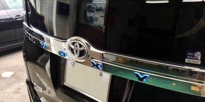 トヨタ80系ヴォクシーへ取り付けた光るリアガーニッシュイルミネーション点灯時