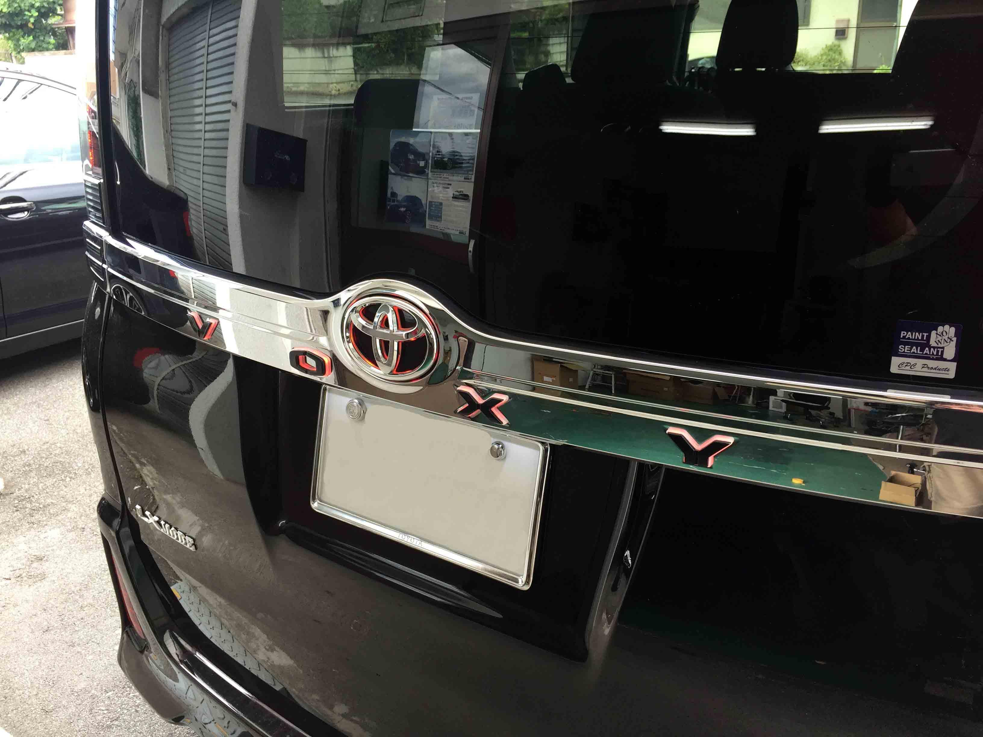 トヨタ80系ヴォクシーへ取り付けた光るリアガーニッシュブレーキ点灯時