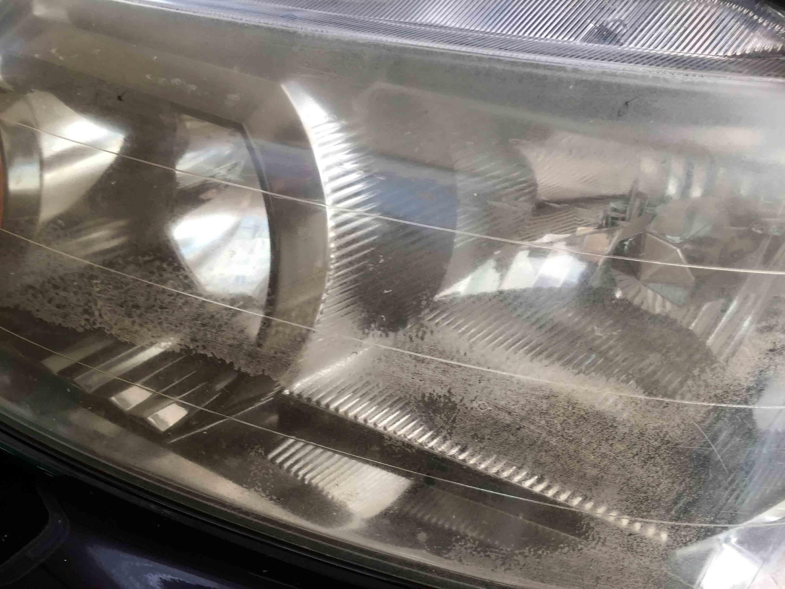 ホンダステップワゴンRE3のヘッドライトにクラックや剥がれが発生しています