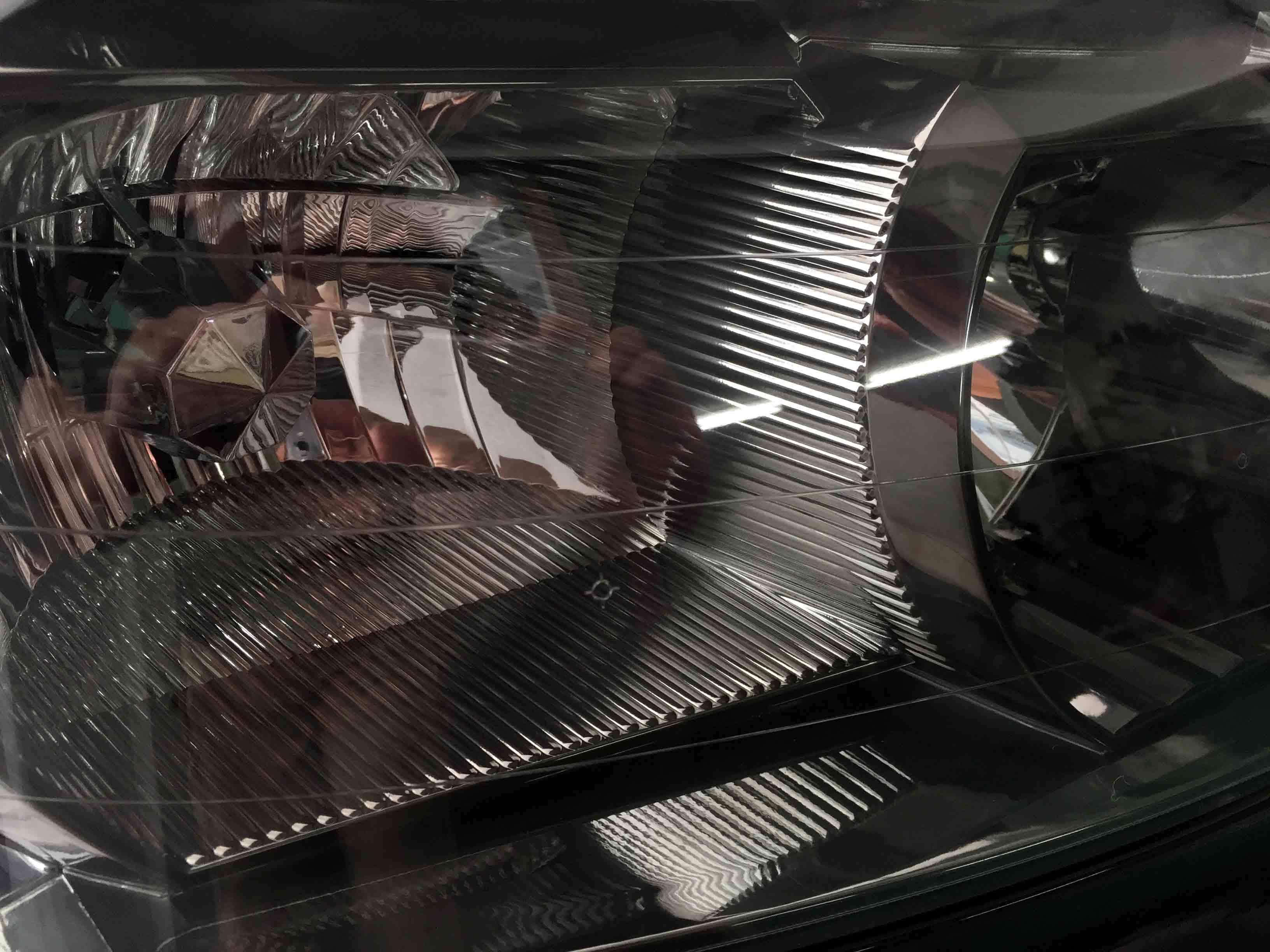 ホンダステップワゴンRE3のヘッドライトの透明感が戻り内部も綺麗に見えます