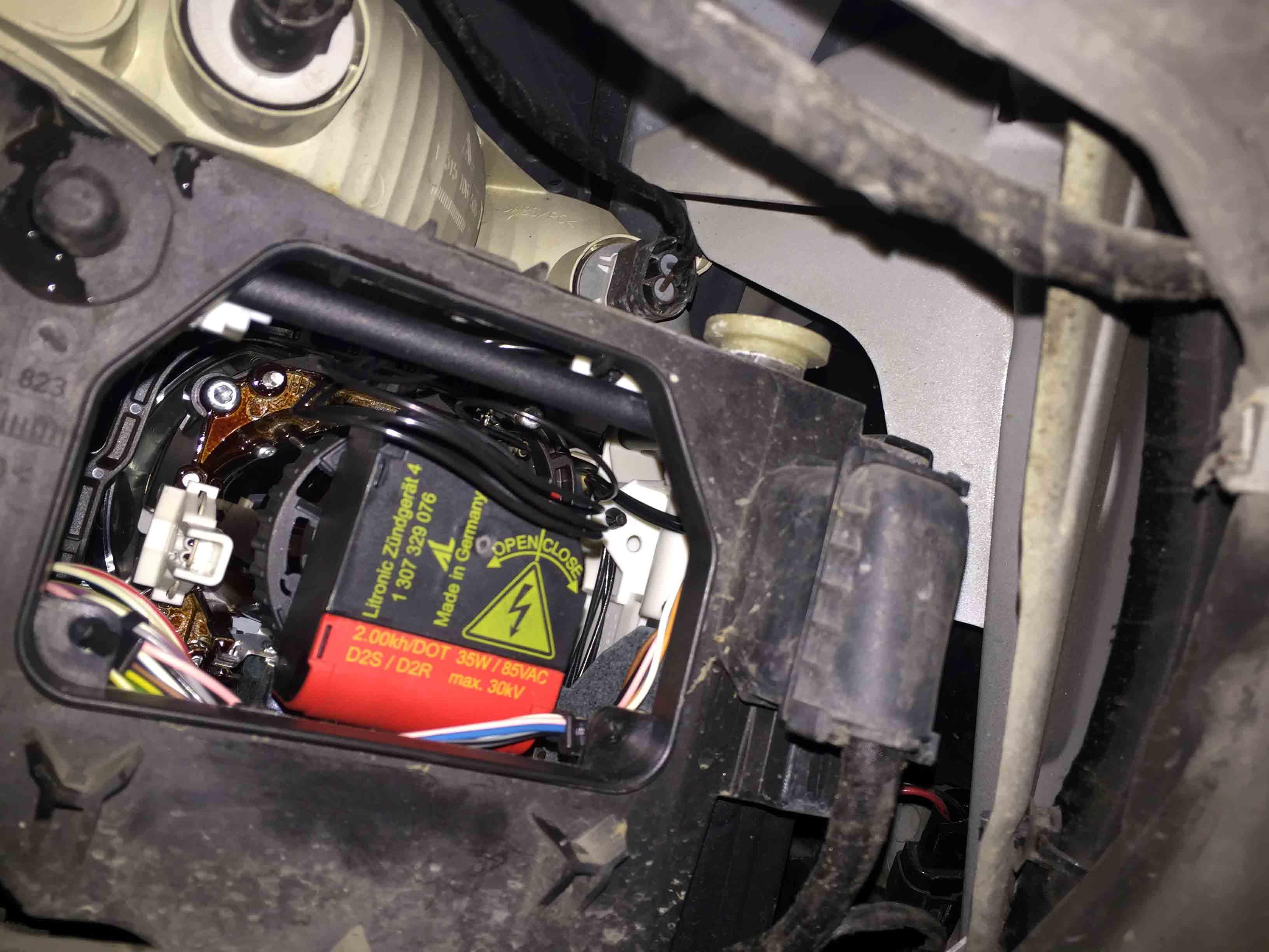 BMW6シリーズE63のヘッドライト内のイグナイターを取り外します