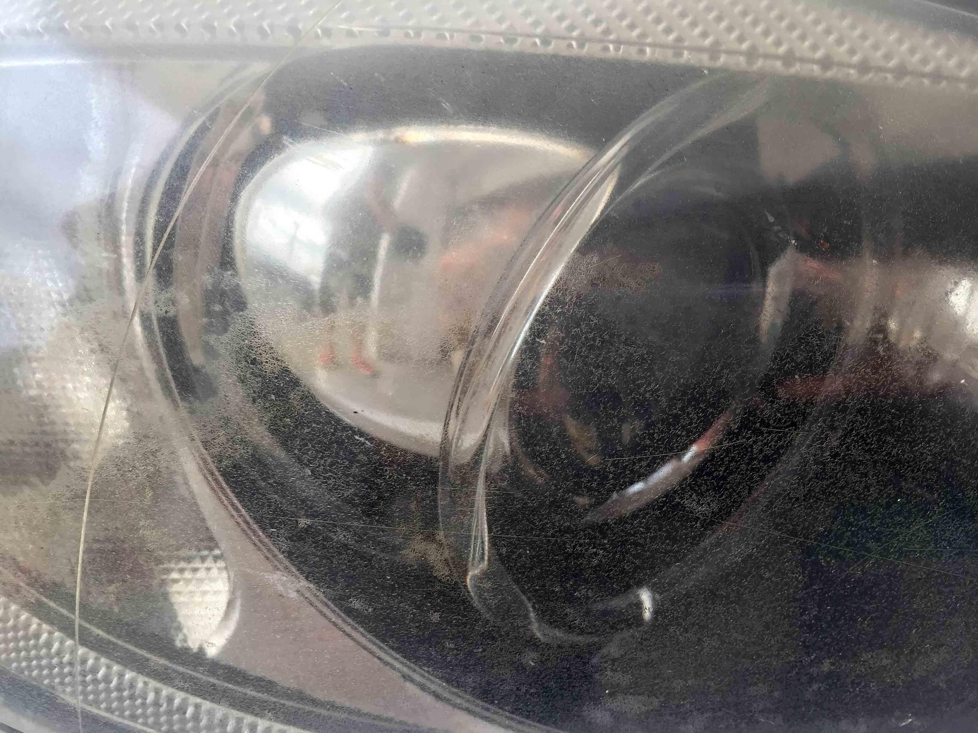 BMW3シリーズE91の劣化が進行しレンズ表面に多数のクラックが発生