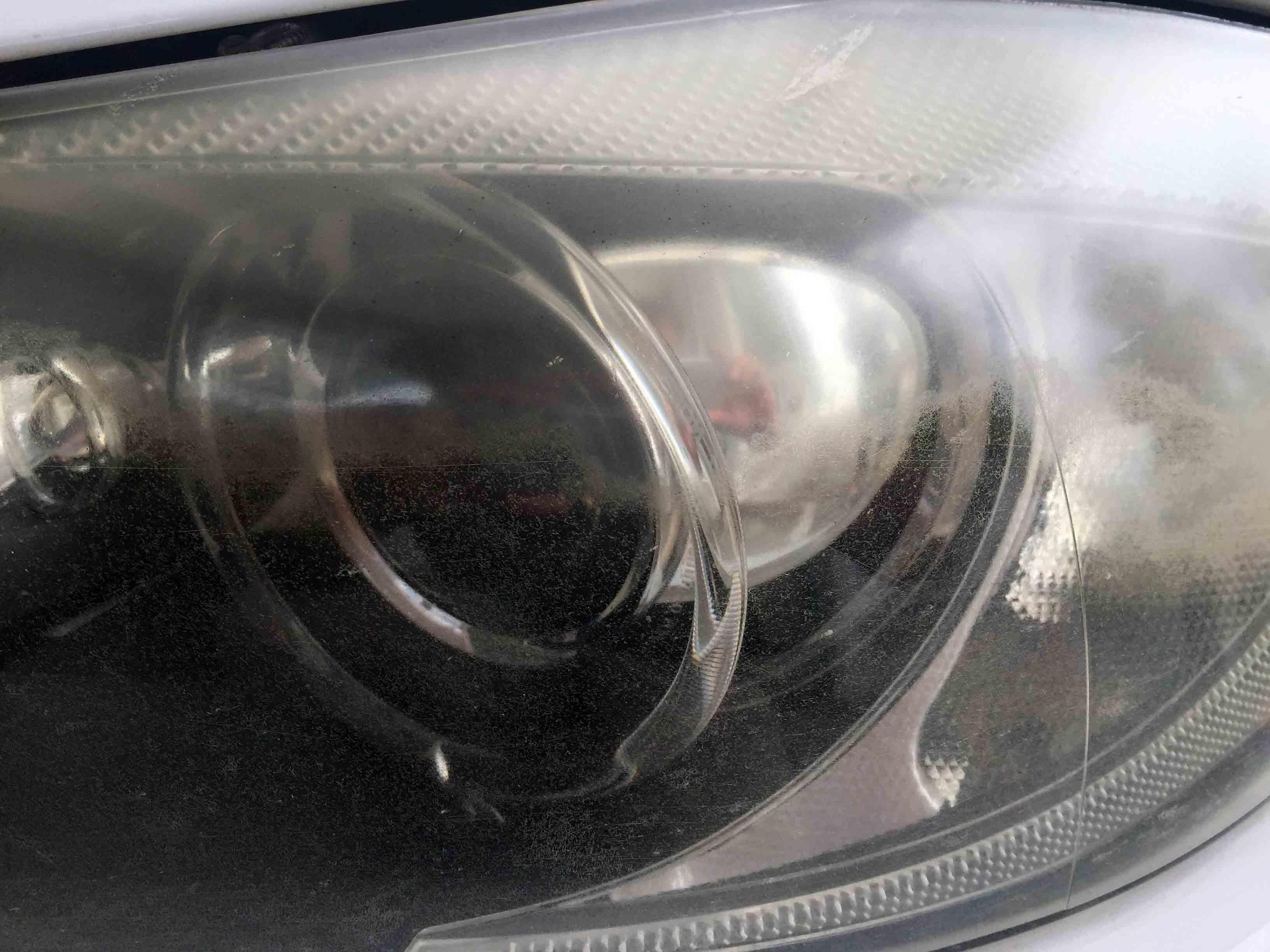 BMW3シリーズE91の劣化が進行したヘッドライトに多数のクラックが発生