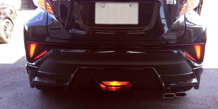 トヨタCH-RのLEDリフレクターとリアフォグランプ点灯時